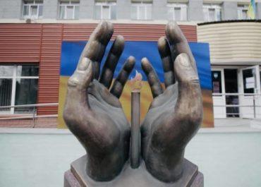 В Киеве открыли памятник умершим от коронавируса медикам
