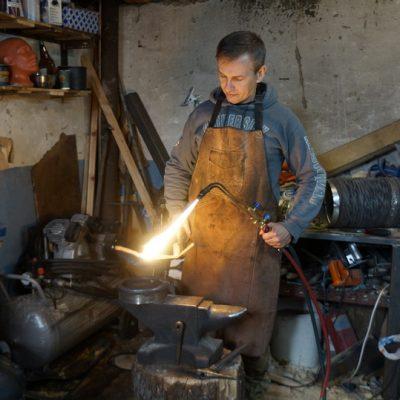 Гаррота и стул с 2000 шипами: могилевчанин создал коллекцию средневековых орудий пыток